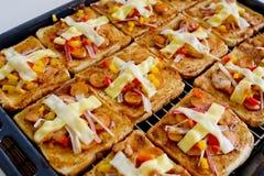 Panes de la pizza con el queso del queso cheddar y de la mozzarella hecho en casa Imagen de archivo libre de regalías