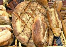 Panes de pan amargo en cesta de mimbre. Fotos de archivo