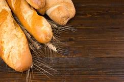 Panes del pan del artesano con el fondo del trigo Imagen de archivo
