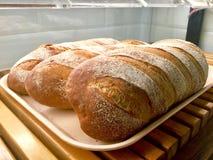 Panes del pan en bandeja Pan que anota fotos de archivo