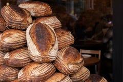 Panes del pan en pila Fotos de archivo libres de regalías