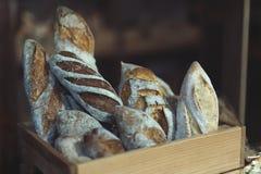 Panes del pan en una caja de madera imagenes de archivo