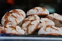 Panes del pan frescos en panadería Imágenes de archivo libres de regalías