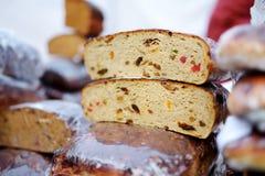 Panes del pan orgánico para la venta en el mercado al aire libre de los granjeros Imagen de archivo libre de regalías
