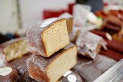 Panes del pan orgánico para la venta en el mercado al aire libre de los granjeros en Vilna Fotos de archivo