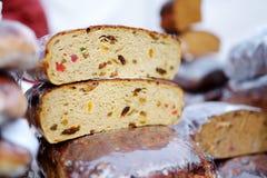 Panes del pan orgánico para la venta en el mercado al aire libre de los granjeros en Vilna Fotografía de archivo
