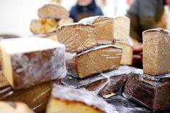 Panes del pan orgánico para la venta en el mercado al aire libre de los granjeros en Vilna Foto de archivo libre de regalías