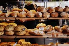 Panes en la exhibición en una panadería Fotos de archivo