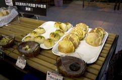 Panes frescos en panadería Imagen de archivo
