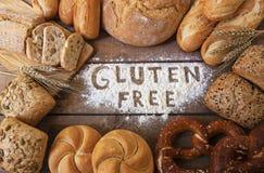Panes libres del gluten en el fondo de madera Fotografía de archivo