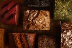 Panes mezclados hechos en casa presentados para la venta Imagenes de archivo