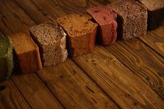 Panes mezclados hechos en casa presentados para la venta Fotos de archivo