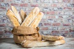Panes rústicos cocidos frescos del pan en bolsas de papel Fotos de archivo libres de regalías