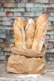 Panes rústicos cocidos frescos del pan en bolsas de papel Fotografía de archivo