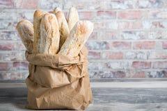 Panes rústicos cocidos frescos del pan en bolsas de papel Imagen de archivo