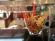 Panes y galletas en bol de vidrio imagenes de archivo