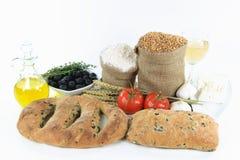 Panes y productos alimenticios verdes olivas mediterráneos. Imagen de archivo
