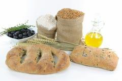 Panes y productos brutos verdes olivas mediterráneos. Imágenes de archivo libres de regalías