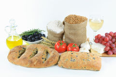 Panes y productos brutos verdes olivas mediterráneos del alimento. Imagenes de archivo