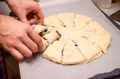Panettiere che prepara panino dolce Fotografie Stock