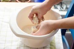Panettiere che produce pasta per torte Immagini Stock