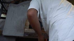 Panettiere maschio che elimina pane al forno stock footage