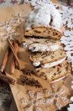Panettone bożych narodzeń tort z cynamonem z dekoracją Zdjęcie Stock