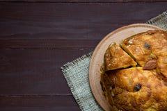 Panettone fait maison, gâteau traditionnel italien de Noël sur le fond brun, fin, vue supérieure, l'espace de copie photographie stock libre de droits