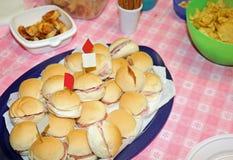 Panettone gastronomique géant comme un sandwich très énorme garni Photographie stock