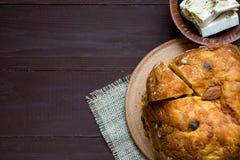 Panettone hecho en casa, torta tradicional italiana de la Navidad en el fondo marrón, cierre para arriba, visión superior, espaci fotografía de archivo