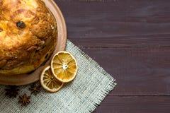 Panettone hecho en casa, torta tradicional italiana de la Navidad en el fondo marrón, cierre para arriba, visión superior, espaci fotos de archivo libres de regalías