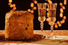 Panettone italien et vin mousseux au-dessus d'une table Photo stock