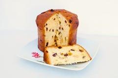 Panettone italien partiellement s de gâteau de fruit de Noël Images stock