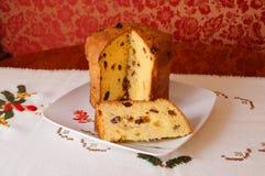 Panettone italien partiellement s de gâteau de fruits secs de Noël Images libres de droits