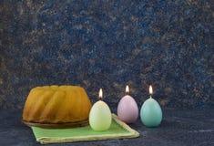 Panettone, pan de pascua en la tabla de piedra oscura con las servilletas de lino verdes imagenes de archivo