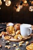 Panettone traditionnel de Noël avec avec du lait ou le lait de poule chaud photographie stock