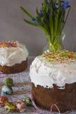 Panettone tradizionale di Pasqua con i fiori Fotografia Stock Libera da Diritti