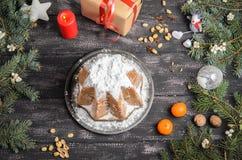 Panettone- und Weihnachtsdekoration auf Holztisch stockfotos