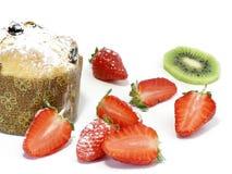Panettoni met aardbeien en kiwi Stock Afbeelding