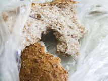 Panez jeté dans les déchets, gaspillage du pain, morceau de pain éventé, photographie stock