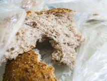 Panez jeté dans les déchets, gaspillage du pain, morceau de pain éventé, photographie stock libre de droits