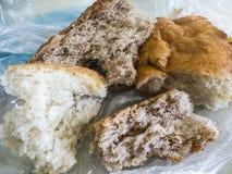 Panez jeté dans les déchets, gaspillage du pain, morceau de pain éventé, image libre de droits