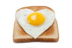 Panez le pain grillé avec un oeuf au plat dans une forme de coeur Photographie stock libre de droits