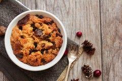 Panez le pudding dans une vue supérieure de ramekin blanc photo stock