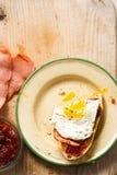 Panez les tranches avec le goût de tomate, la tranche de lard de dinde et l'oeuf au plat images stock
