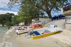 PANGKOR EILAND, MALEISIË - 17 DECEMBER 2017: banaanboot en straalski op zandig strand voor strandactiviteiten Stock Foto
