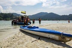 PANGKOR EILAND, MALEISIË - 17 DECEMBER 2017: toerist die eiland het hopen strand van activiteiten genieten bij Pangkor-Eiland, Ma Stock Fotografie