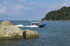 PANGKOR EILAND, MALEISIË - 17 DECEMBER 2017: toerist die strand van activiteiten en terugkeer van eiland genieten die door boot h Royalty-vrije Stock Foto's