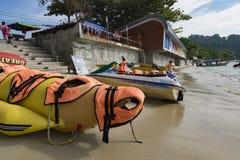 PANGKOR-INSEL, MALAYSIA - 17. DEZEMBER 2017: Bananenboot und -jet fahren auf sandigem Strand für Strandtätigkeiten Ski Lizenzfreie Stockbilder