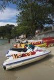 PANGKOR-INSEL, MALAYSIA - 17. DEZEMBER 2017: Bananenboot und -jet fahren auf sandigem Strand für Strandtätigkeiten Ski Lizenzfreie Stockfotos